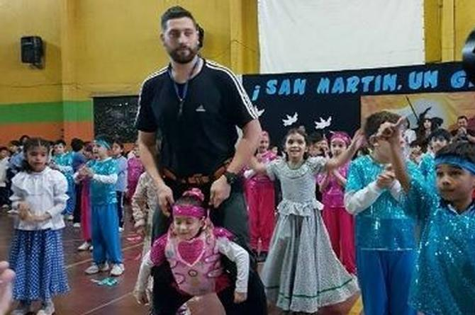 Profesor le 'presta' las piernas a su alumna para que baile #VIDEO