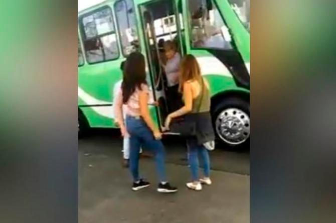 Estas chicas querían engañar al camionero y terminaron en el suelo #VIDEO