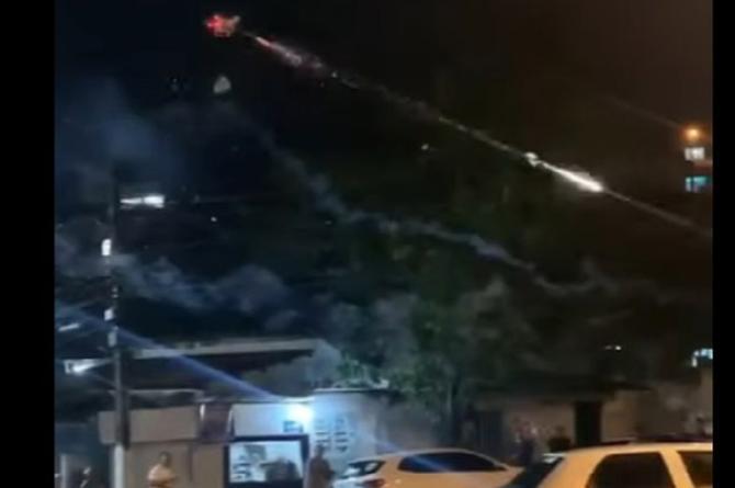 Vecino molesto lanza fuegos artificiales con drón para acabar con fiesta #VIDEO