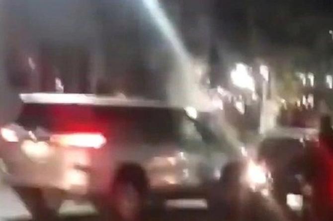 Encuentra a su esposo con otra y le destruye su auto de lujo #VIDEO