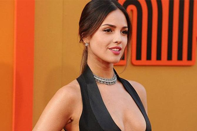 Eiza González sorprende con sexy atuendo en su visita a México #FOTO