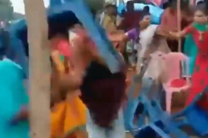 Comienzan 'guerra de sillas' en plena boda #VIDEO