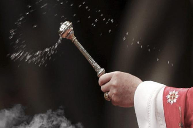 Sacerdote confunde agua bendita con gasolina y provoca tremenda explosión #VIDEO