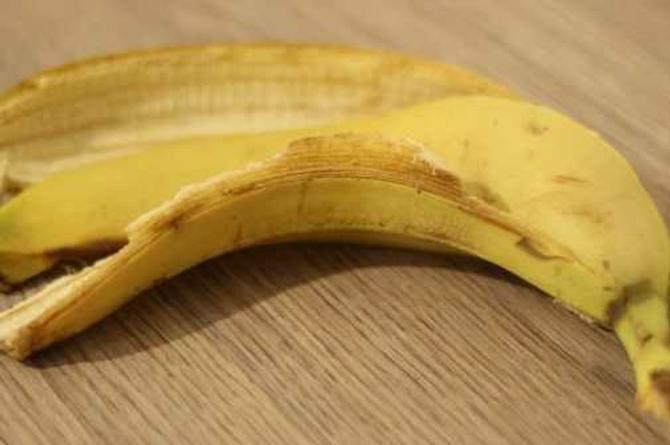 Autosatisfacción masculina con la cáscara de una banana, ¡está de moda, pero es malo!