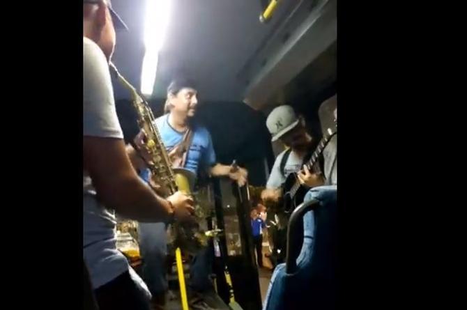 ¡Y que se arma el bailongo en un camión de Veracruz ruta Las Vegas! (+Video)