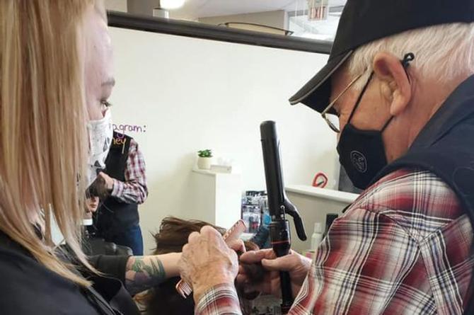 Abuelito toma clases para aprender a rizarle el cabello a su esposa (viral)