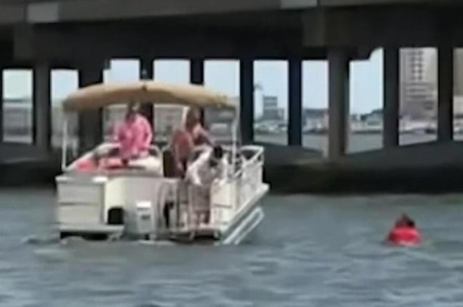 Salta de un puente para salvar bebé que cayó al mar