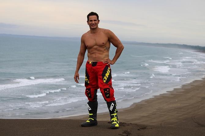 Julio Camejo se raspa las 'pompis' en Chachalacas ¡Y nos las enseña! (+fotos)