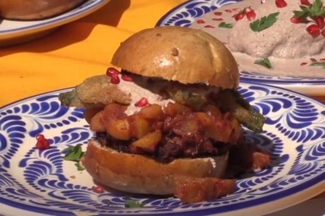 Y ahora la 'hamburguesa en Nogada' ¿te la comerías? (+video)