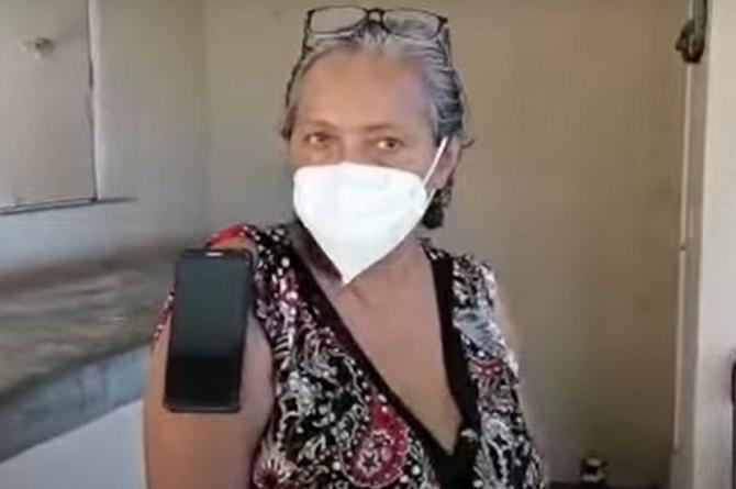 Mujer asegura tener poderes magnéticos tras vacunarse contra COVID-19 (+video)