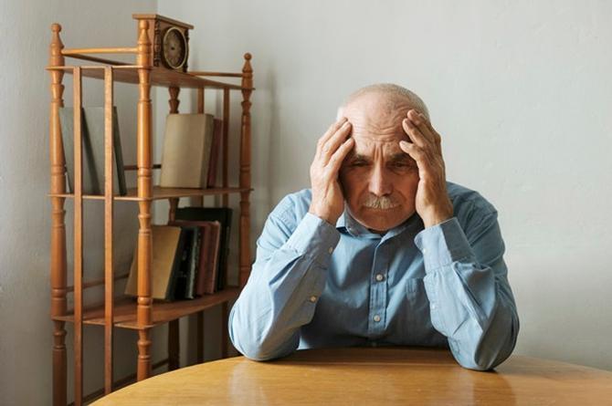 Abuelo deposita por error todos sus ahorros a un desconocido, podría perder su casa