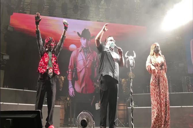Locutores de La Fiera 94.1 FM conducen el concierto de Christian Nodal